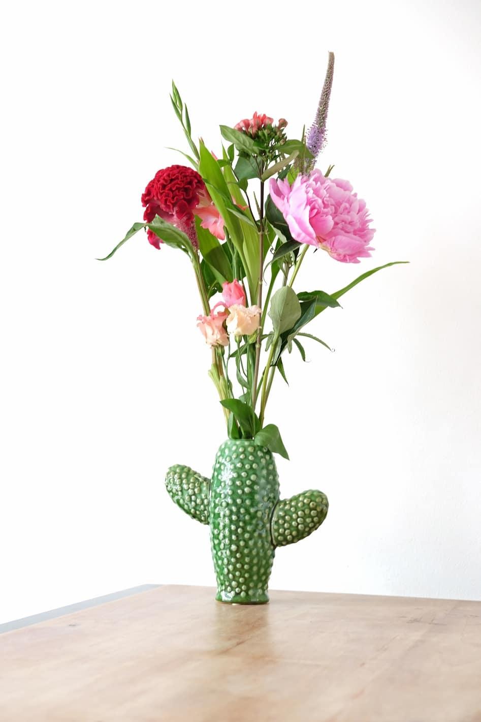 cactus vaas met bloemen